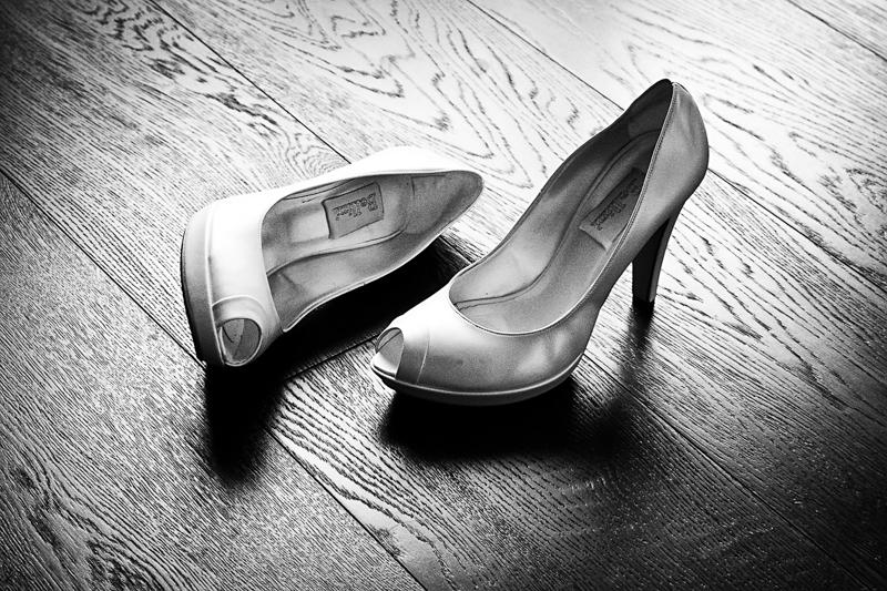Servizio fotografico di matrimonio in stile reportage. Dettaglio su scarpe della sposa. Il Blog di Michelino Studio, Fotografo di matrimonio in Veneto.