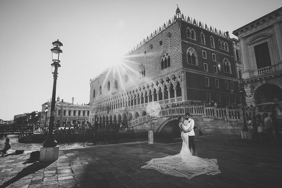 Fotografia di matrimonio non in posa. Sposi in piazza a Venezia. Il Blog di Michelino Studio, Fotografo di matrimonio in Veneto.