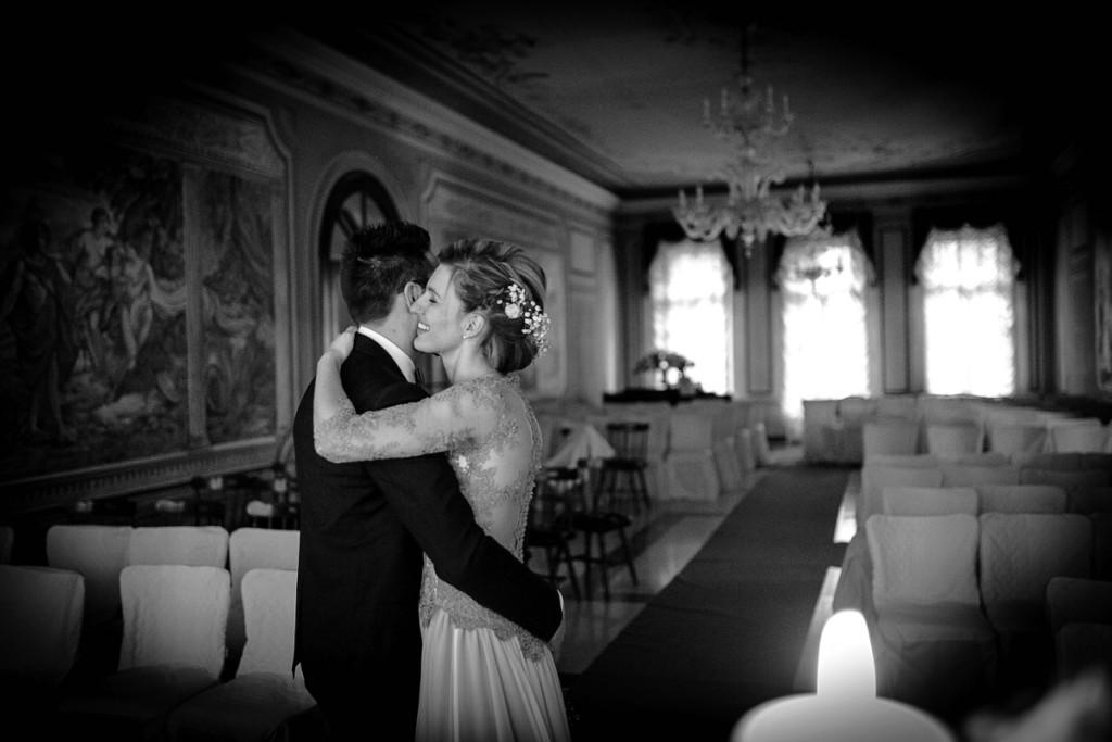 Quale periodo scegliere per sposarsi, l'inverno. Coppia di sposi in sala ricevimento. Il Blog di Michelino Studio, Fotografo di matrimonio in Veneto.