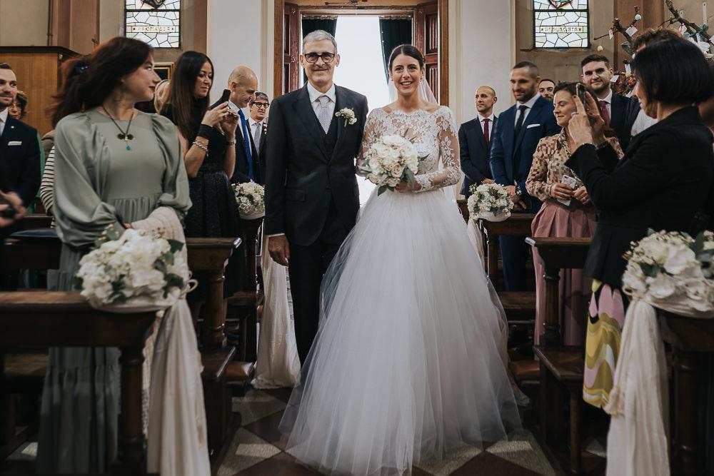 Entrata in chiesa della sposa: fotografie che catturano l'emozione