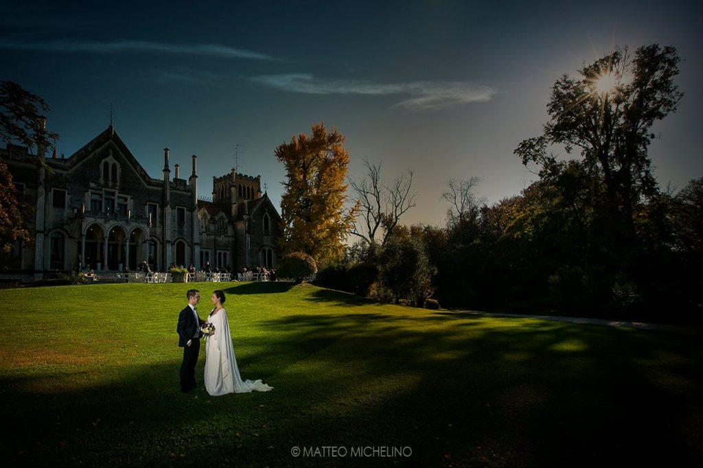 Quale periodo scegliere per sposarsi, l'autunno. Coppia di sposi in giardino tenuta storica. Il Blog di Michelino Studio Fotografico in Veneto.