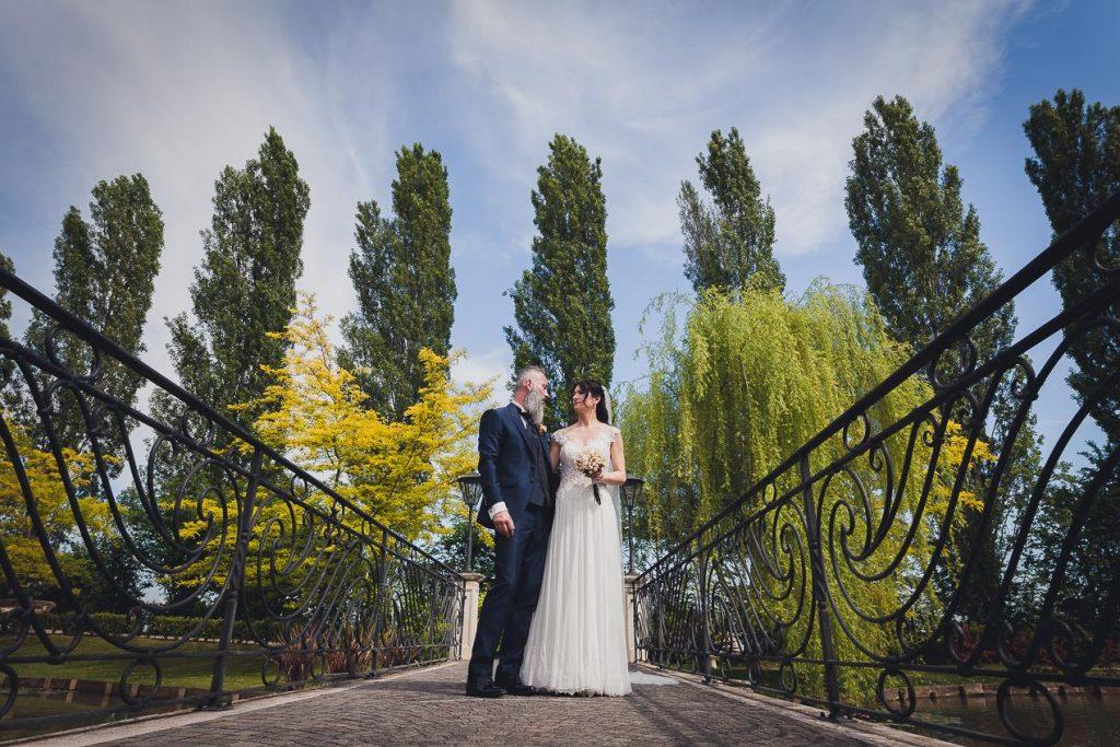 Quale periodo scegliere per sposarsi, la primavera. Coppia di sposi in giardino. Il Blog di Michelino Studio, Fotografo di matrimonio in Veneto.