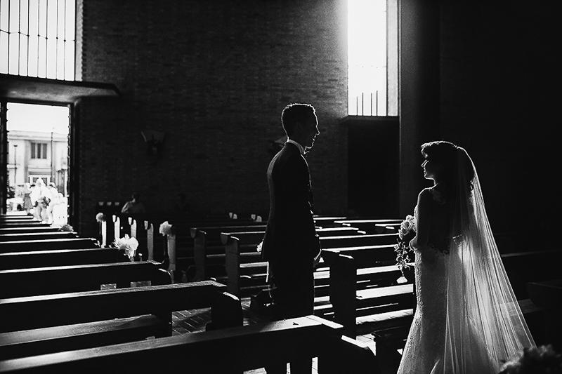 Fotografia di matrimonio non in posa. Coppia di sposi in chiesa. Il Blog di Michelino Studio, Fotografo di matrimonio in Veneto.