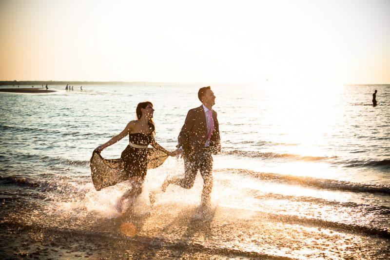 Quale periodo scegliere per sposarsi, l'estate. Coppia di sposi in riva al mare. Il Blog di Michelino Studio Fotografico in Veneto.