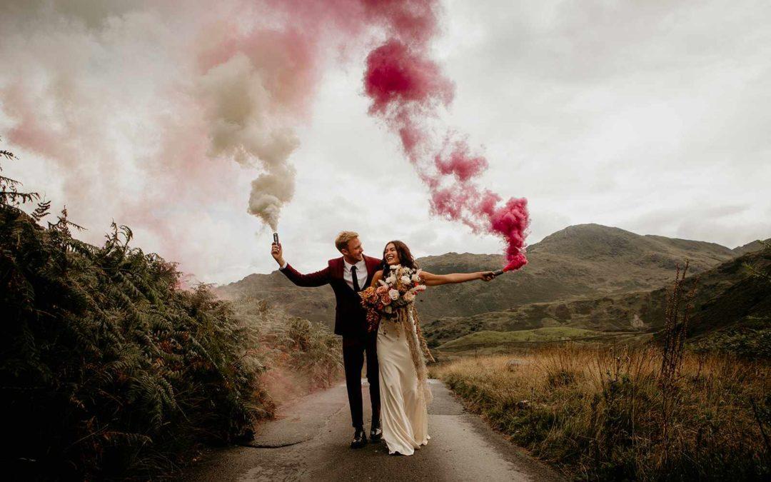 Smoke bomb: la nuvola di fumo colorato che fa tendenza nei matrimoni