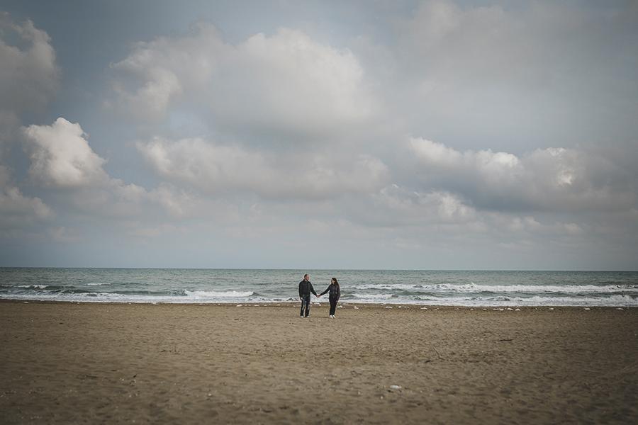 Servizio fotografico prematrimoniale o engagement shooting. Coppia di sposi in spiaggia. Il Blog di Michelino Studio, Fotografo di matrimonio Veneto.