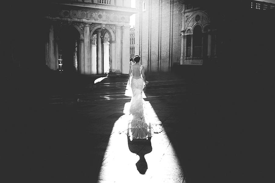 Fotografia di matrimonio non in posa. Sposa in ambiente urbano. Il Blog di Michelino Studio, Fotografo di matrimonio in Veneto.